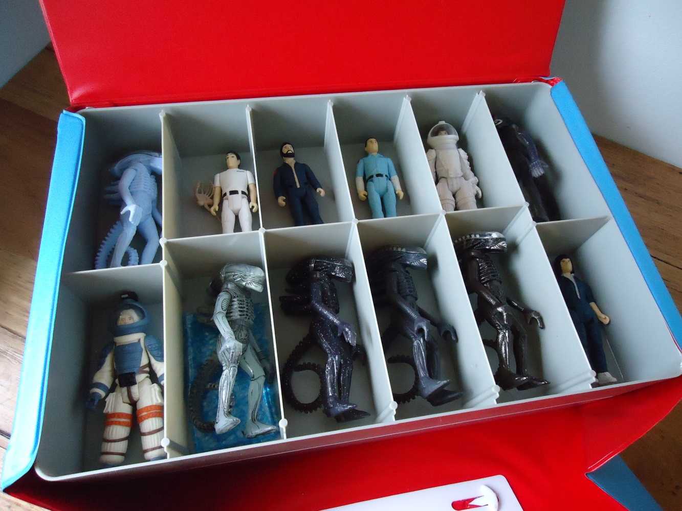 21_TrayFilledFigures Super 7's Alien Carry Case Review